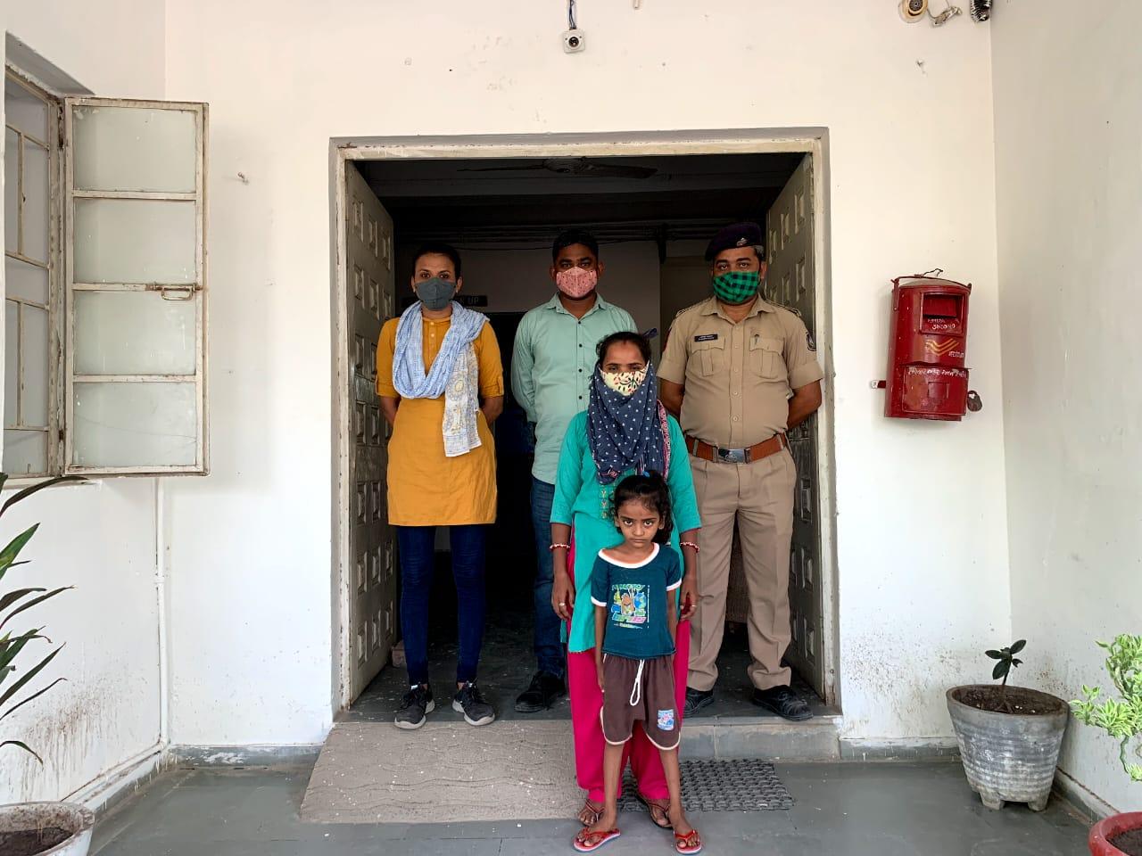 પાટડીના પાનવા ગામની પરિણીતાને ફેસબુક લવ થતાં પુત્રને લઇ પ્રેમી પાસે ખેરાલુ પહોંચી, ચાર મહિને પોલીસે પકડી પતિને સોંપી સુરેન્દ્રનગર,Surendranagar - Divya Bhaskar