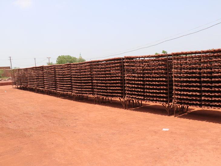 મોરબીથી 15 ટ્રકમા લાખોની સંખ્યામાં નળિયા અમરેલી અને ગીરસોમનાથ જિલ્લામાં મોકલાયા. - Divya Bhaskar
