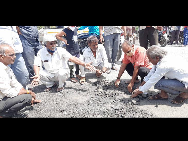 વીરપુર નવાગામના નવા બનેલા ડામર રોડ પર ભ્રષ્ટાચારના આક્ષેપ સાથે લોકોનો વિરોધ|વીરપુર (રાજકોટ),Virpur (Rajkot) - Divya Bhaskar