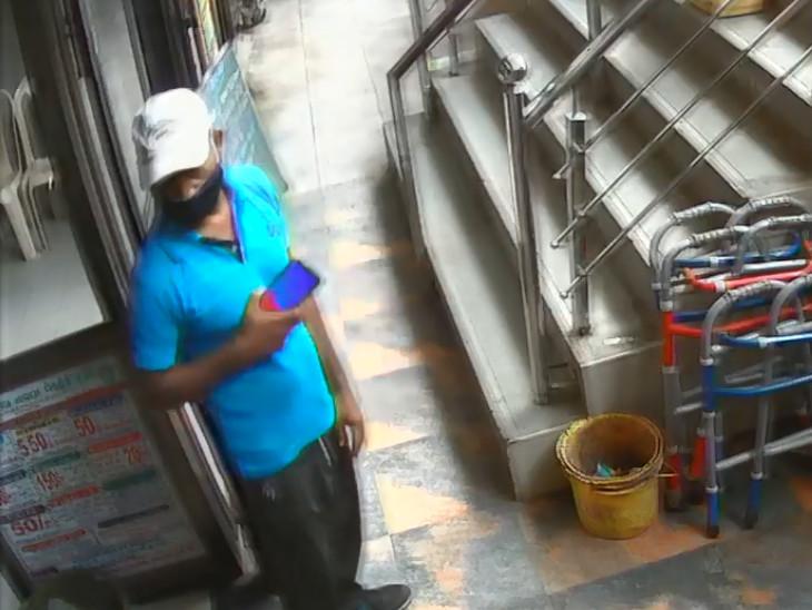 સુરતના મેડીકલ ટ્રસ્ટમાં ચાર્જીંગમાં મુકેલો મોબાઈલ ફોન ચોરી યુવાન ફરાર, ઘટના CCTVમાં કેદ|સુરત,Surat - Divya Bhaskar