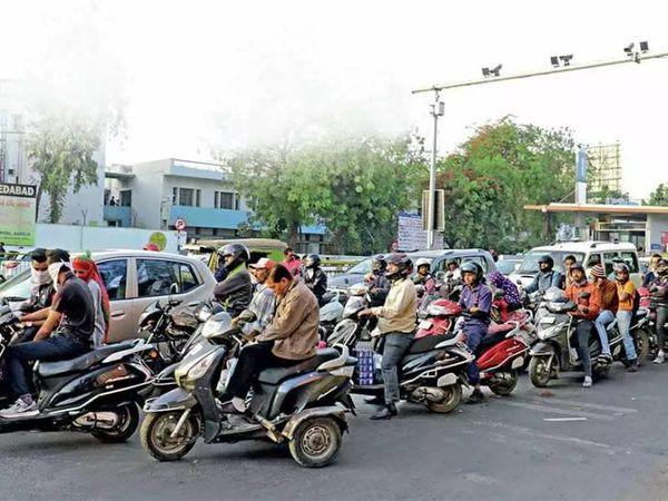 શહેરમાં સ્ટોપલાઈન ભંગના કિસ્સામાં ઈ-મેમો આપવામાં આવે છે ( પ્રતિકાત્મક તસવીર) - Divya Bhaskar