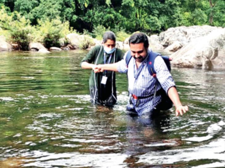ડૉ. સુખાન્યા અને તેમની ટીમે ગામોમાં પહોંચીને લોકોની તપાસ કરી, જેમાં કેટલાકમાં કોરોનાના લક્ષણ દેખાયા. - Divya Bhaskar