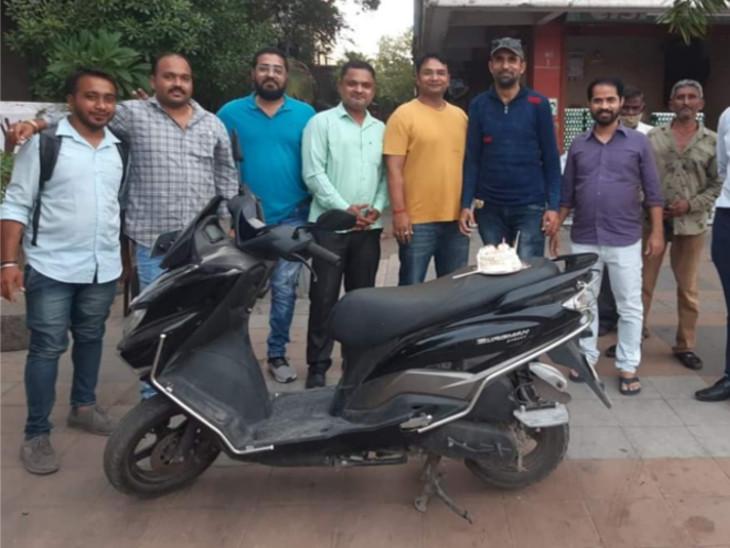 સુરતમાં ઉધના પોલીસ સ્ટેશન પાસે જાહેરમાં જન્મ દિવસની કેક કાપીને ઉજવણી, કોરોના ગાઈડલાઈન્સ ભંગની તસવીરો વાઇરલ થતા 7ની અટકાયત|સુરત,Surat - Divya Bhaskar