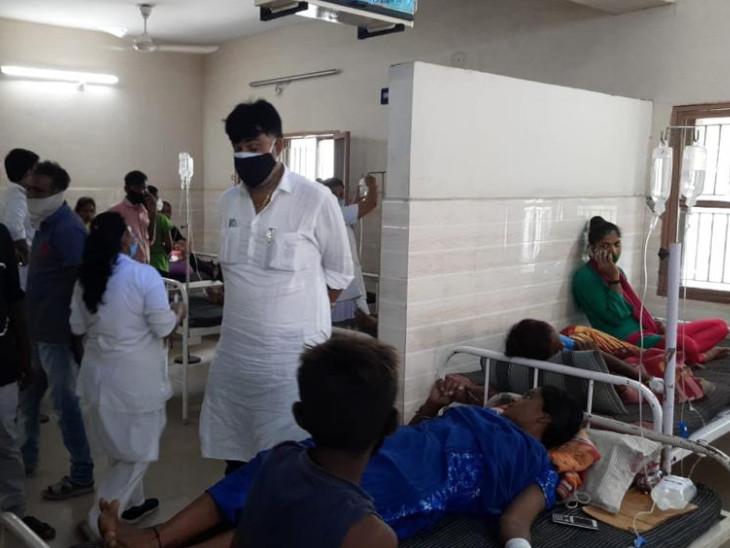 આરોગ્ય કથળતાં લોકોને હોસ્પિટલમાં ખસેડવામાં આવ્યાં આવ્યાં હતાં. - Divya Bhaskar