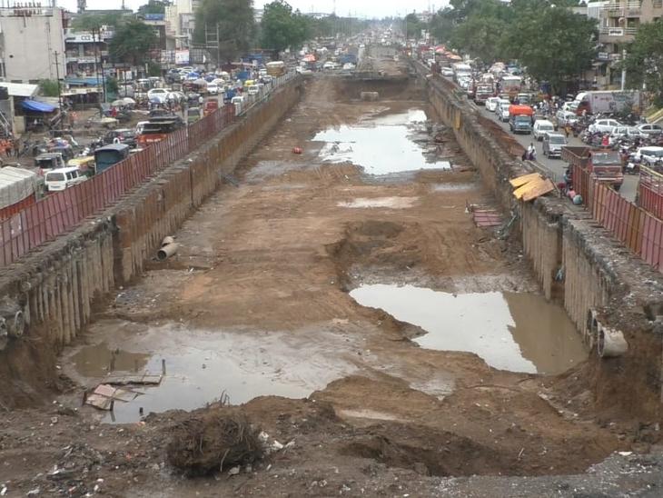 કડોદરા ચાર રસ્તા પર બનવાય રહેલા અંડરપાસમાં ચોમાસા દરમિયાન પાણી ભરાવાની શક્યતા રહેલી છે. - Divya Bhaskar