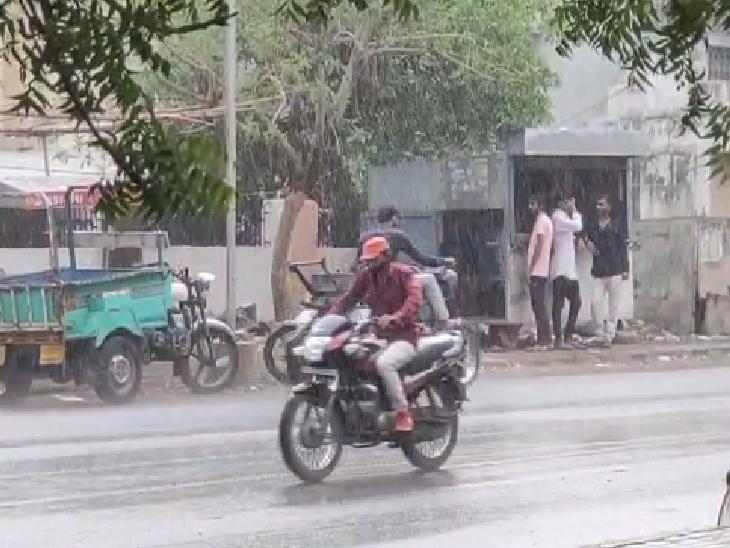 અમદાવાદમાં મોડી રાત્રે વરસાદ, ગિરિમથક સાપુતારામાં ધોધમાર તો રાજકોટના જસદણમાં કરાં સાથે વરસ્યો વરસાદ નવસારી,Navsari - Divya Bhaskar