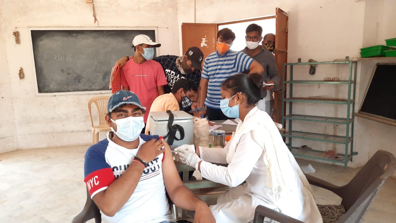 પાલનપુરમાં યુવાઓએ વહેલી સવારથી રસીકરણ કેન્દ્રો પર લાઈનો લગાવી પાલનપુર,Palanpur - Divya Bhaskar