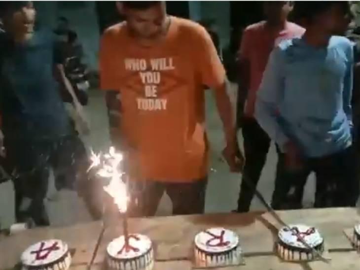 અમદાવાદમાં રાત્રિ કર્ફ્યૂ દરમિયાન જન્મ દિવસની ઉજવણી, તલવારથી કેક કાપતો વીડિયો વાઈરલ થયો|અમદાવાદ,Ahmedabad - Divya Bhaskar