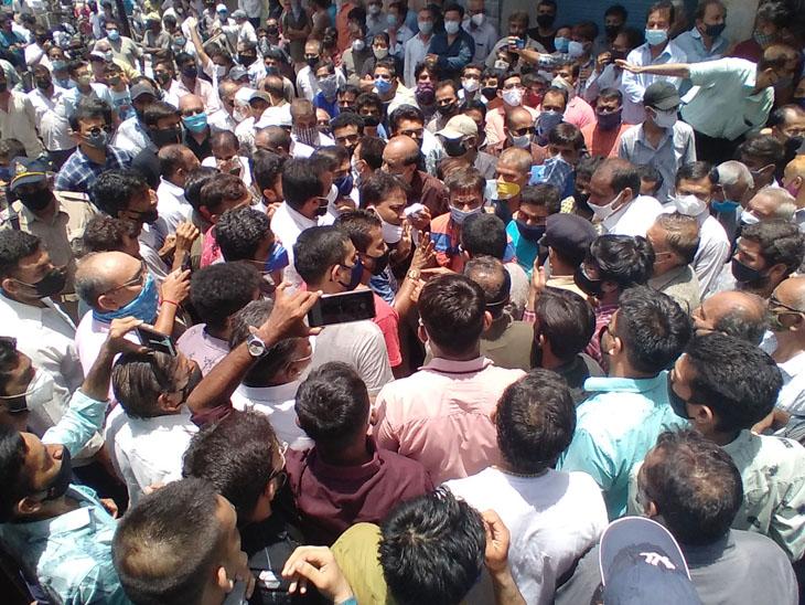 વેપારીઓના પોલીસ સામે સુત્રોચ્ચાર - Divya Bhaskar