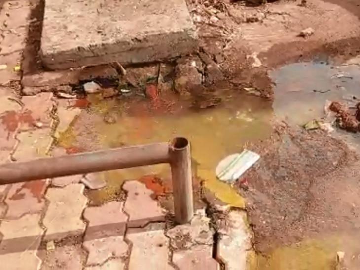 સુરતમાં ડેપ્યુટી મેયરના વિસ્તારમાં જ ગટરો ઉભરાઈ, રજૂઆત છતાં પાલિકાના અધિકારીઓના પેટનું પાણી પણ હલતું નથી સુરત,Surat - Divya Bhaskar