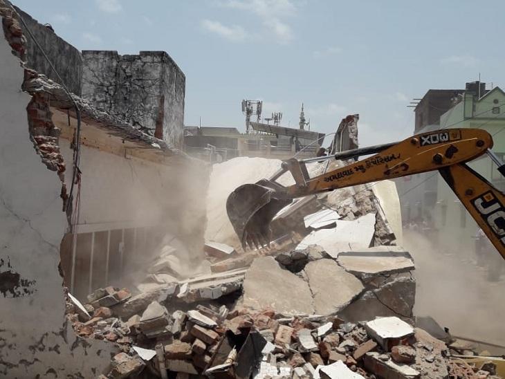 અમદાવાદમાં કુખ્યાત સુલતાન ખાન ગેંગના સભ્ય બકુ ખાનનો 'કિલ્લો' ધ્વસ્ત, 7 દુકાનો અને ઘર પર બુલડોઝર ફરી વળ્યા|અમદાવાદ,Ahmedabad - Divya Bhaskar