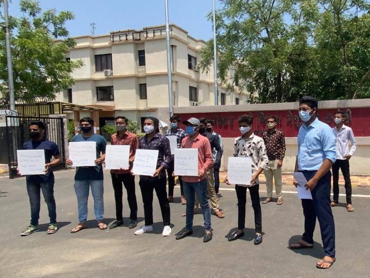 અમદાવાદમાં રિપીટર્સ વિદ્યાર્થીઓએ કલેક્ટર કચેરી ખાતે બેનર અને સ્લોગન સાથે ઓફલાઈન પરીક્ષાનો વિરોધ કર્યો|અમદાવાદ,Ahmedabad - Divya Bhaskar