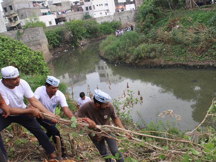 ખાડી સાફ નહીં કરો તો ટ્રેક્ટરમાં કચરો ભરીને તમારા ઘરે નાખી જઇશું|સુરત,Surat - Divya Bhaskar