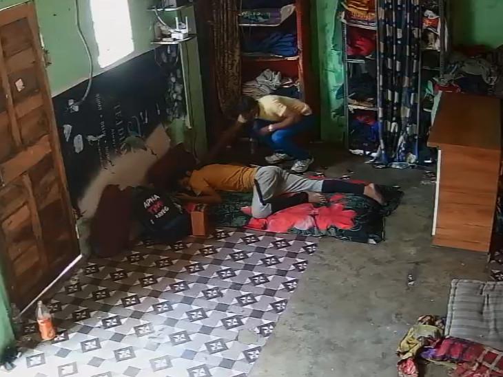 સુરતમાં ઘરમાં સૂતેલા યુવક પાસેથી મોબાઈલ ફોનની ચોરી, તસ્કર CCTVમાં કેદ સુરત,Surat - Divya Bhaskar
