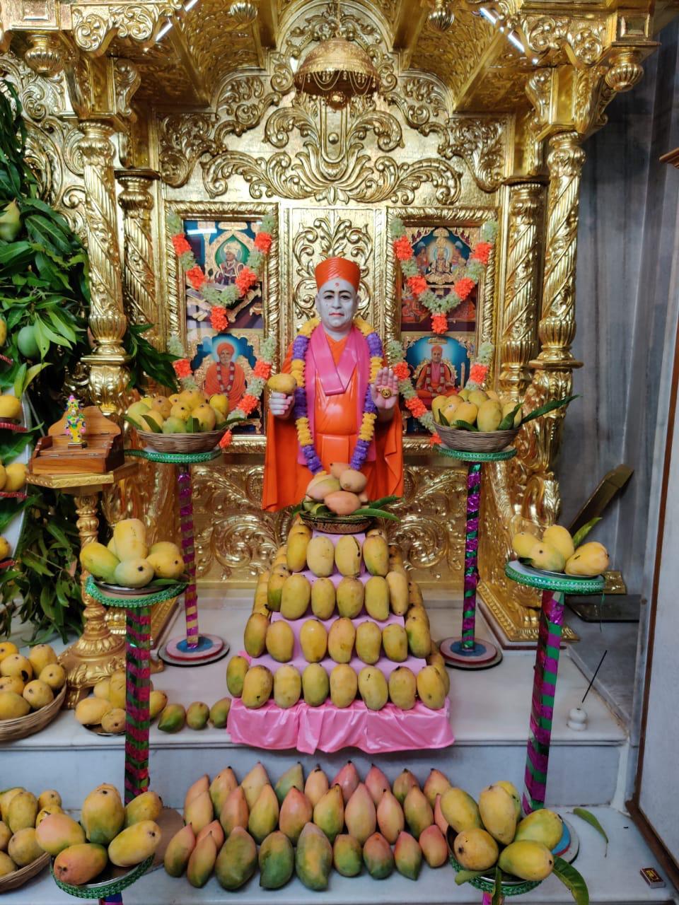 અપરા એકાદશીએ કડીમાં સ્વામિનારાયણ ભગવાનને ચંદનના મનોરમ્ય કલાત્મક શણગાર તથા 750 કિલો કેરીઓનો શણગાર કરાયો|મહેસાણા,Mehsana - Divya Bhaskar
