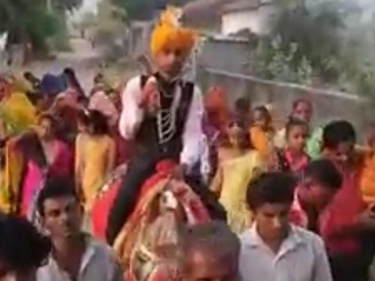 વડવસમાં વરઘોડામાં ઝૂમતા લોકોનો વીડિયો વાઈરલ થતાં ગુનો નોંધાયો દાંતીવાડા,Dantivada - Divya Bhaskar