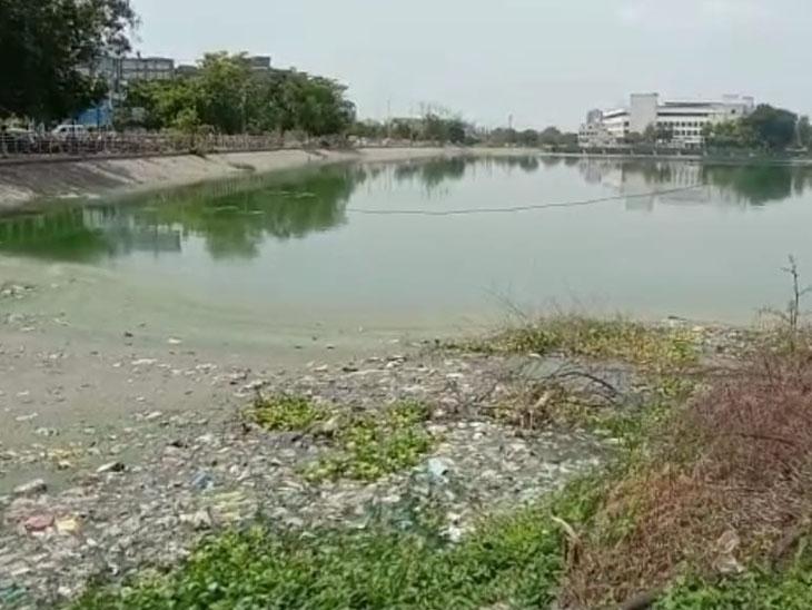 પાલિકાએ ડ્રેનેજનાં ગંદાં પાણી છોડતાં વગર વરસાદે સમા તળાવ છલકાયું|વડોદરા,Vadodara - Divya Bhaskar