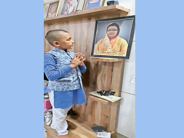 તસવીર: કોરોનામાં માતા ગુમાવનાર પુત્રસત્યપાલસિંહ જાડેજા. - Divya Bhaskar
