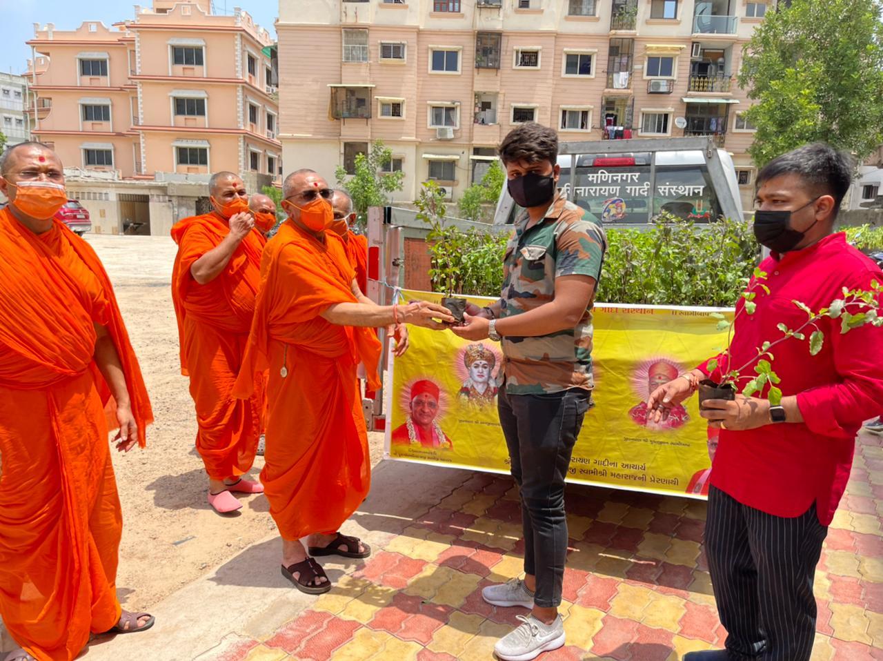 સંતાનો હાથે તુલસીનો છોડ સ્વીકારી રહેલો યુવક - Divya Bhaskar