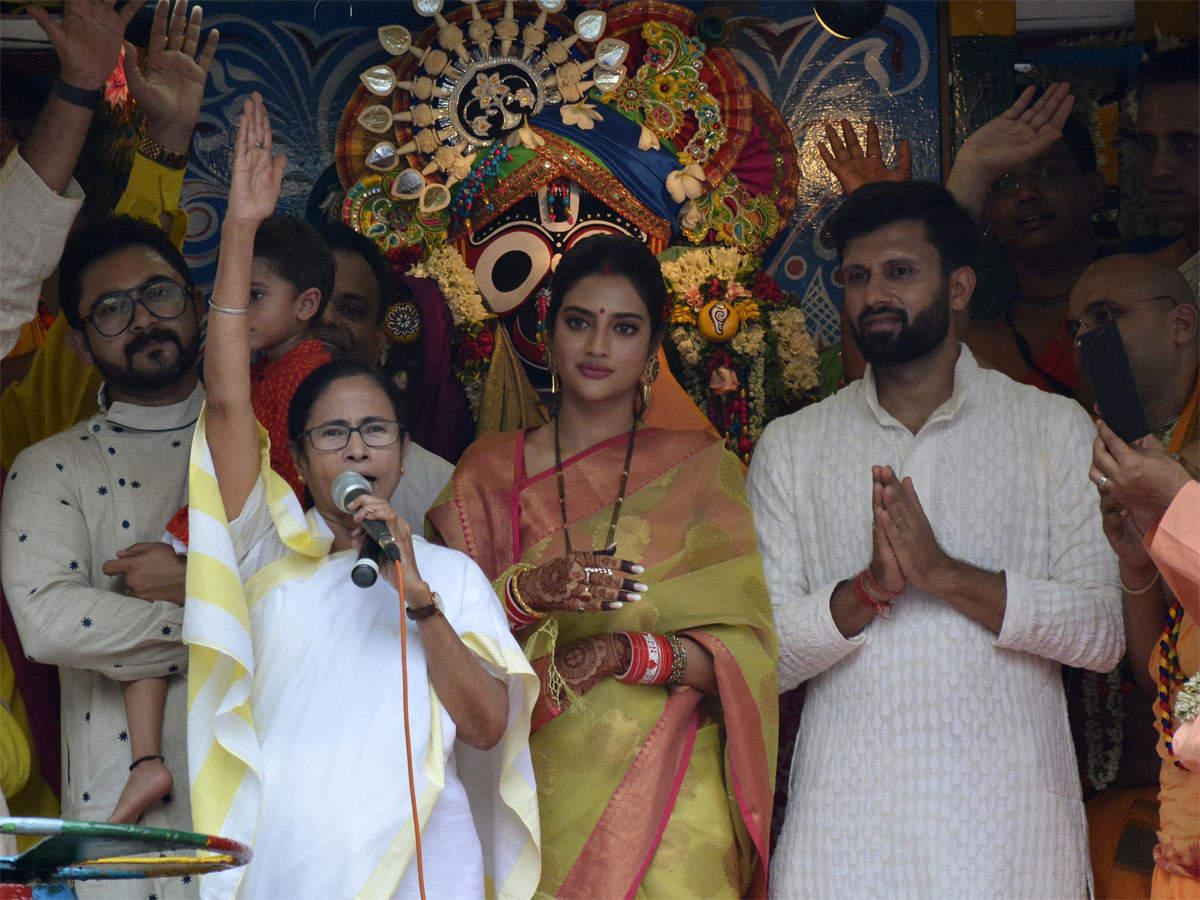 પશ્ચિમ બંગાળના મુખ્યમંત્રી મમતા બેનર્જી સાથે TMCની સાંસદ નુસરત જહાં