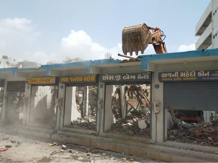 અમદાવાદમાં ગેરકાયદેસર જમીન પડાવતા તત્વો વિરુદ્ધ કાર્યવાહી, સરખેજમાં દબાણો તોડી પાડીને 15થી 17 કરોડની જમીન મુક્ત કરાઈ|અમદાવાદ,Ahmedabad - Divya Bhaskar