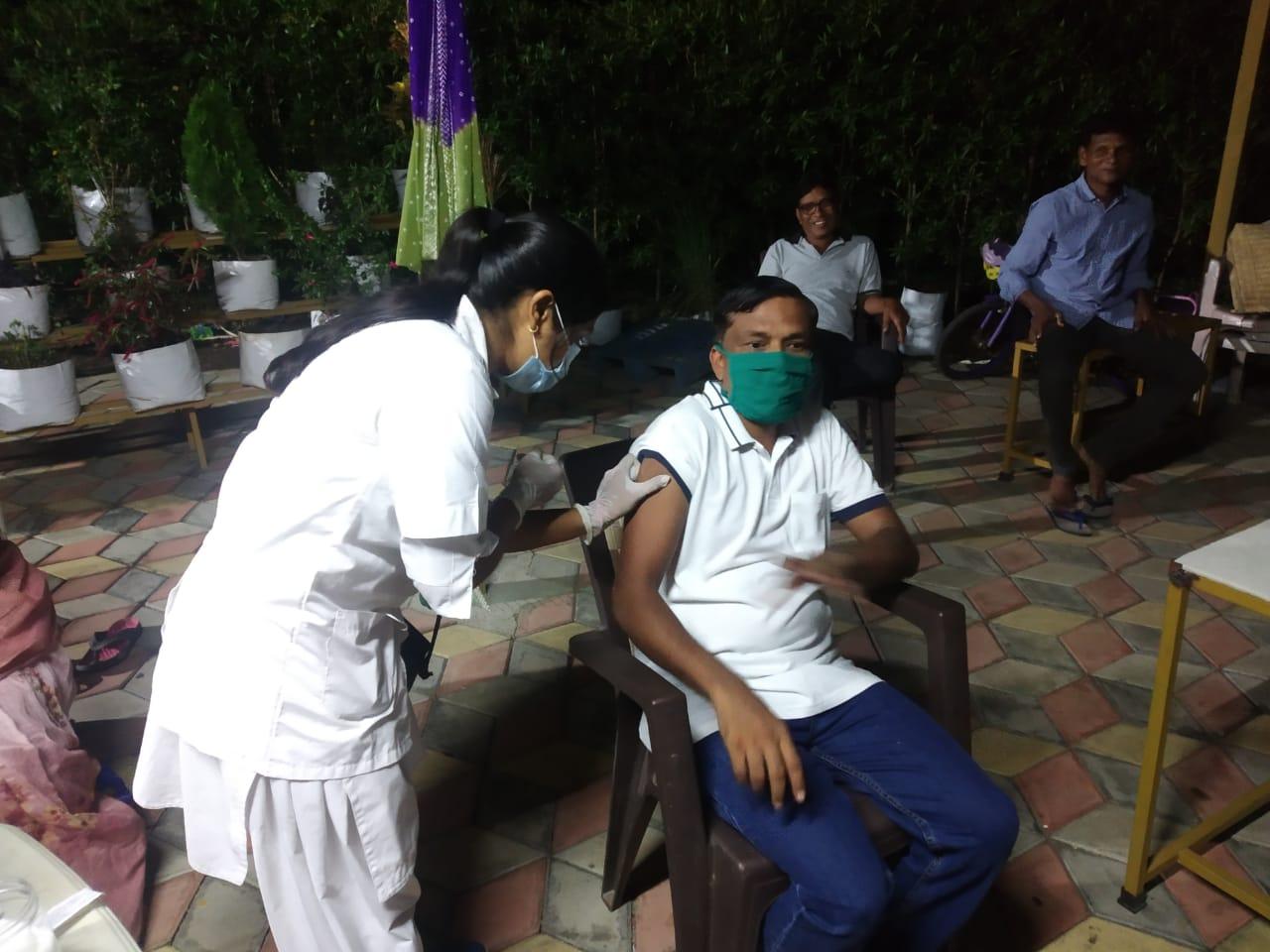 વલસાડમાં જિલ્લા એકપણ વ્યક્તિ રસિકરણથી વંચિત ન રહે તે માટે નાઈટ વેક્સિનેશન, પ્રથમ રાત્રે 235થી વધુ લોકોએ રસી મુકાવી વલસાડ,Valsad - Divya Bhaskar