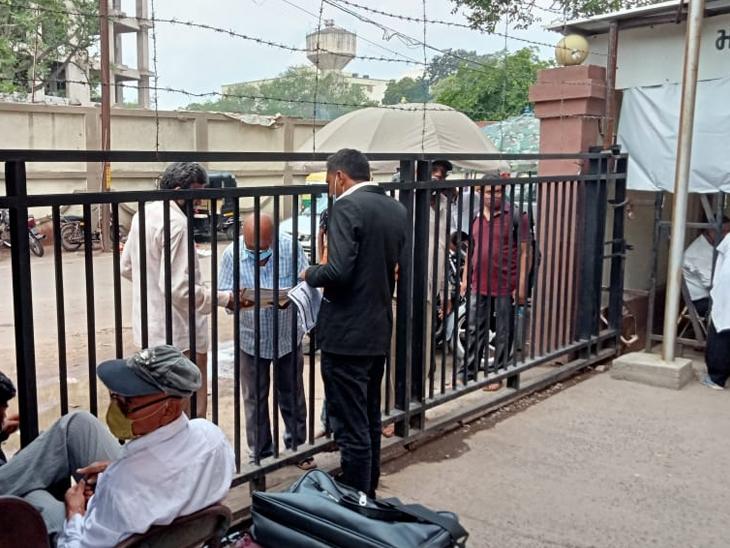 44 કોર્ટ શરૂ, એક જ ગેટ ખુલતા જજ, વકીલો, અરજદારો પરેશાન|રાજકોટ,Rajkot - Divya Bhaskar