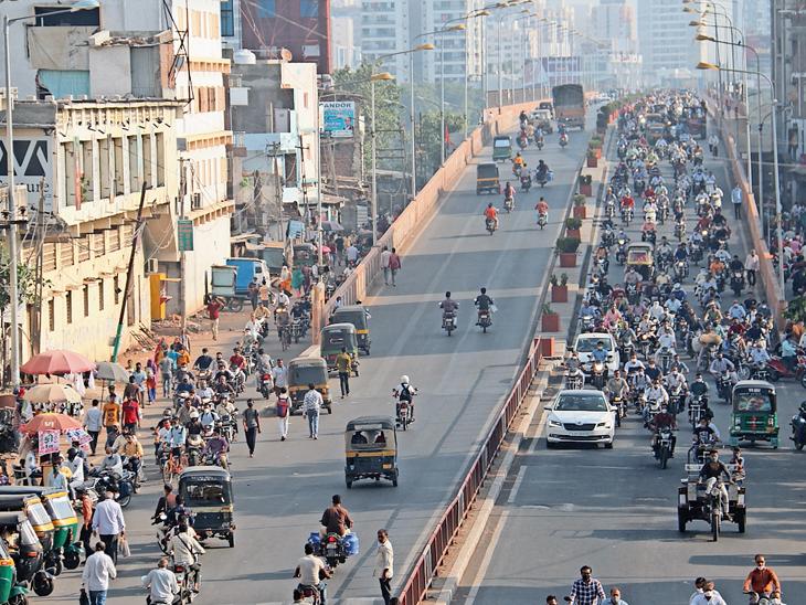 ટ્રાફિક હળવો કરવા પોલીસે લગાવેલાં બેરિકેડ જ મોટી સમસ્યા બની રહ્યા છે|સુરત,Surat - Divya Bhaskar