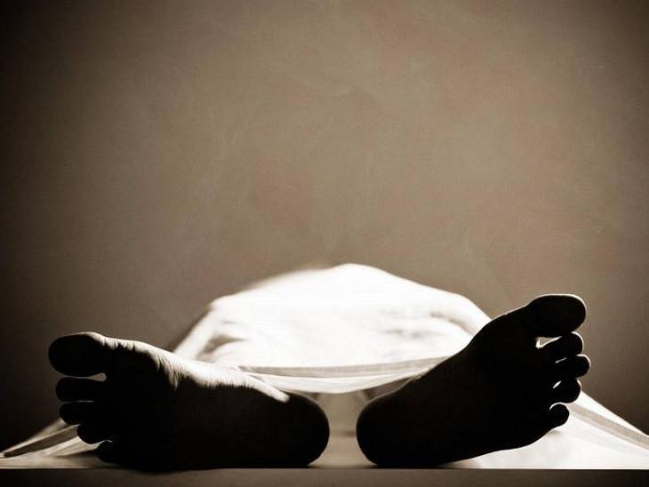 અમદાવાદની મંજુશ્રી હોસ્પિટલમાં ભૂખ-તરસથી પિતાનું મૃત્યુ થયું, કોરોના હોવા છતાં મૃત્યુનું કારણ બદલી લાંબી માંદગી લખ્યું અમદાવાદ,Ahmedabad - Divya Bhaskar