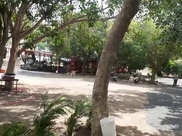 રાજકોટ નજીક કાગદડી ગામના પાટિયા પાસે આવેલો છે ખોડિયાર આશ્રમ.