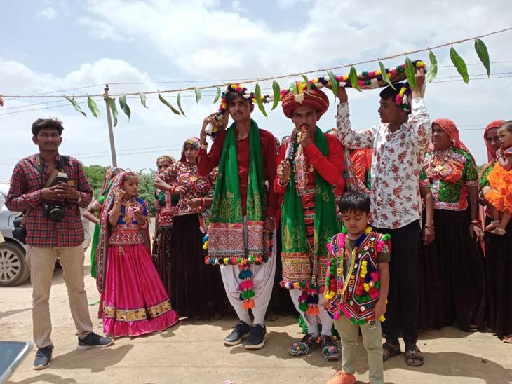 વાગડ અને આહિર પટ્ટીથી માંડી પાવર પટ્ટી સુધી અંધારી તેરસે 1300થી વધુ દંપતી લગ્નના પવિત્ર બંધને બંધાયાં ભુજ,Bhuj - Divya Bhaskar