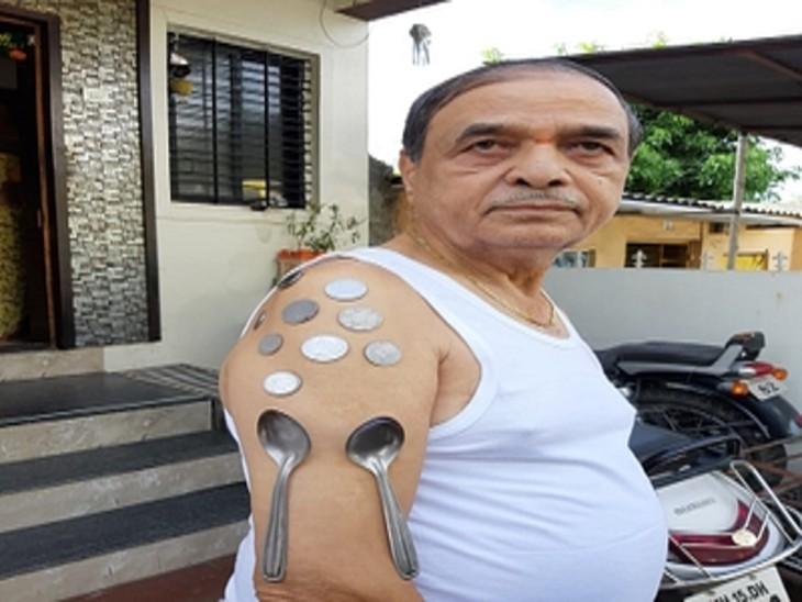 વેક્સિનેશન બાદ વૃદ્ધના શરીર સાથે લોખંડ-સ્ટીલનો સામાન ચોંટવા લાગ્યો, તપાસ કરી રહેલા ડોક્ટરોને પણ ભારે આશ્ચર્ય થયું, સરકાર તપાસ કરાવશે|ઈન્ડિયા,National - Divya Bhaskar