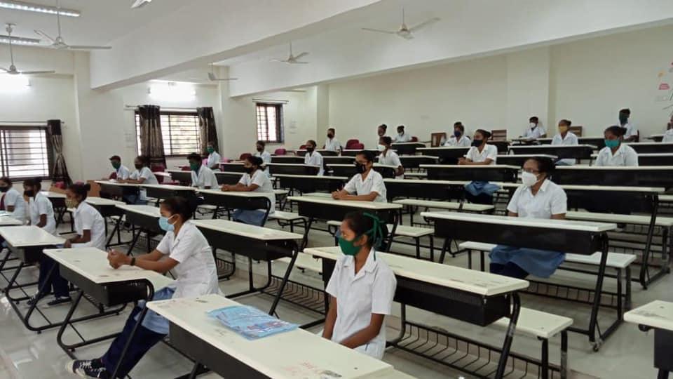 સિવીલ હોસ્પિટલ સ્થિત સરકારી નર્સિંગ કોલેજના વિદ્યાર્થીઓ (ફાઇલ ફોટો)