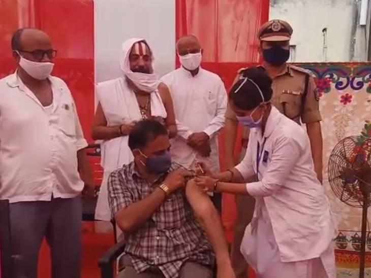 અમદાવાદના વેપારીઓ માટે પોલીસ અને AMC દ્વારા વેક્સિનેશન કેમ્પ શરુ કરાયા, આજે 800 વેપારીઓને વેક્સિન અપાશે અમદાવાદ,Ahmedabad - Divya Bhaskar