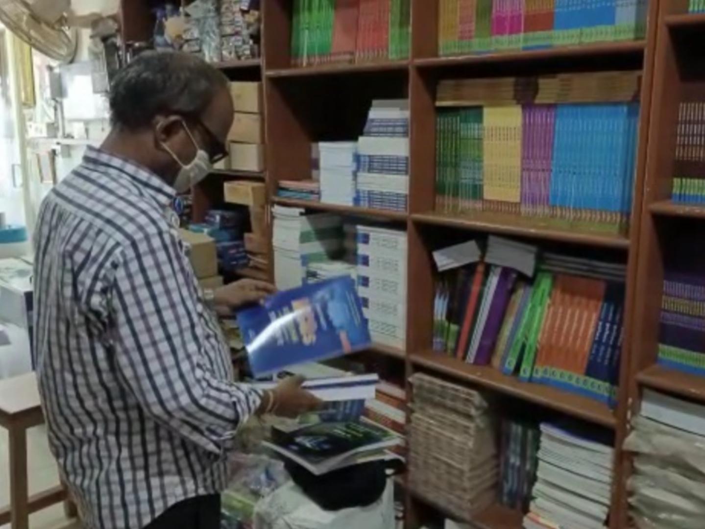 રાજ્ય સરકારે ધોરણ 10 અને 12ની પરીક્ષા રદ કરતા સ્ટેશનરી વાળા વેપારીઓને ફટકો, 70 ટકા અભ્યાસક્રમ વાળા નવા પુસ્તકો પસ્તી બન્યા નવસારી,Navsari - Divya Bhaskar