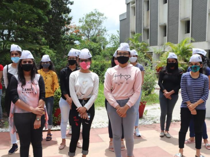 સુરતમાં વીર નર્મદ દક્ષિણ ગુજરાત યુનિવર્સિટીની ઓનલાઇન પરીક્ષાની મોક ટેસ્ટમાં બીજા દિવસે ખામી સર્જાતા વિદ્યાર્થીઓએ વિરોધ પ્રદર્શન કર્યુ|સુરત,Surat - Divya Bhaskar