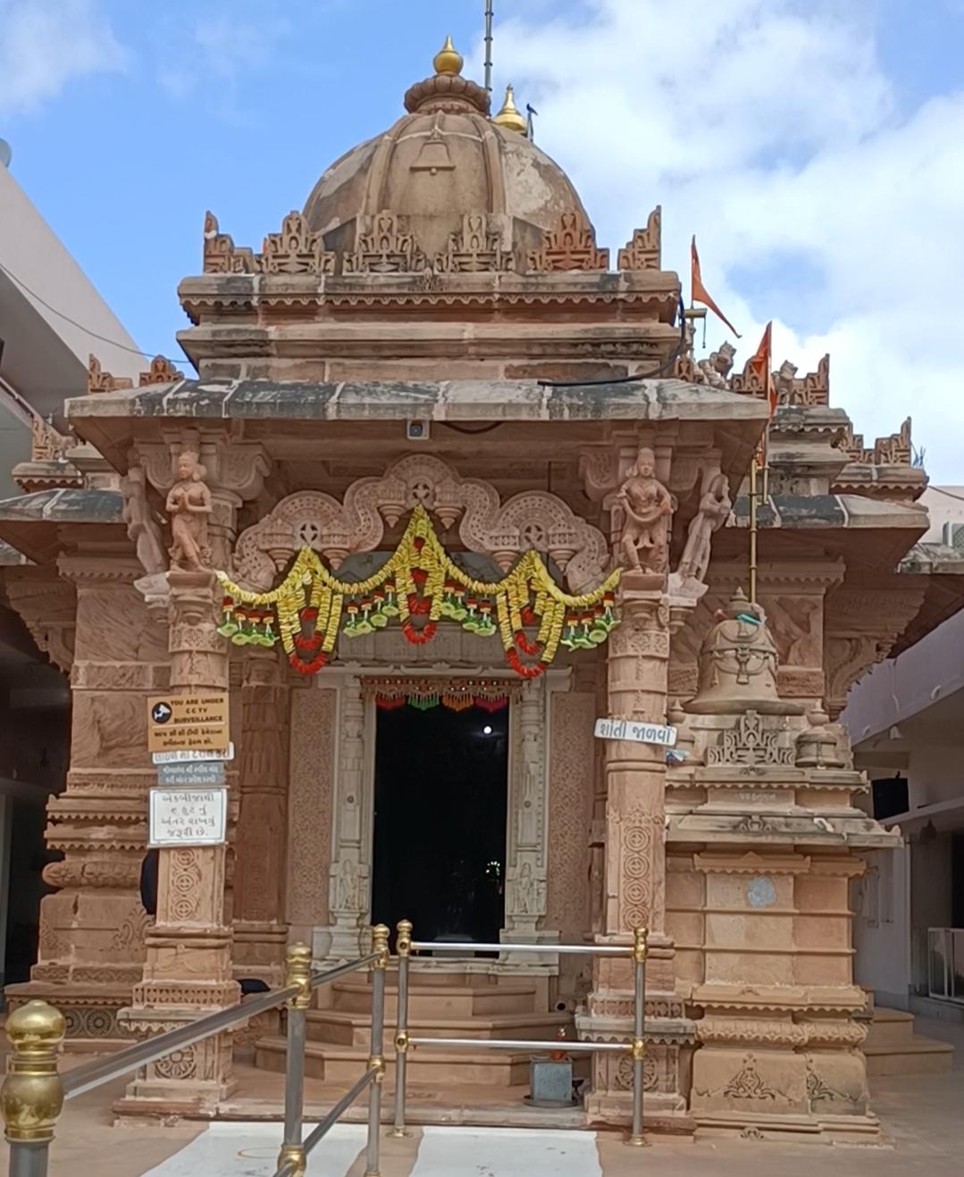 કોરોના ગાઈડ લાઈનના ચુસ્ત અમલ સાથે પાટનગરમાં પંચદેવ, ધોળેશ્વર મહાદેવ તેમજ ગાયત્રી મંદિર સહિતના કપાટ ખુલ્યા|ગાંધીનગર,Gandhinagar - Divya Bhaskar