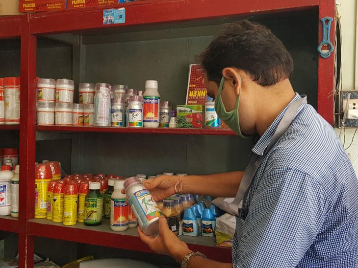 નસવાડીની દુકાનોમા ચેકિંગ હાથ ધરાયુ હતું. - Divya Bhaskar
