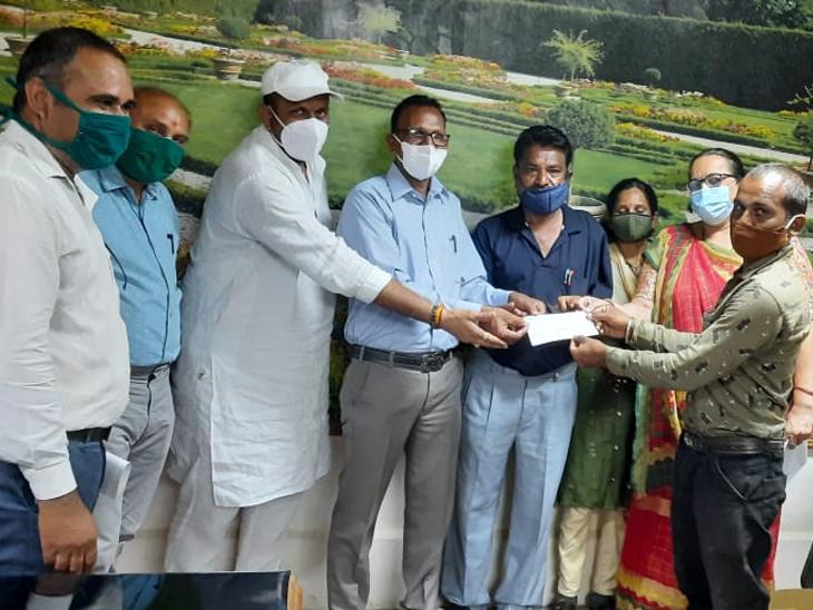 લીખીમાં વાવાઝોડામાં મૃત્યુ પામેલ પશુ માલિકોને સહાય હિંમતનગર (સાબરકાંઠા),Himatnagar (Sabarkantha) - Divya Bhaskar