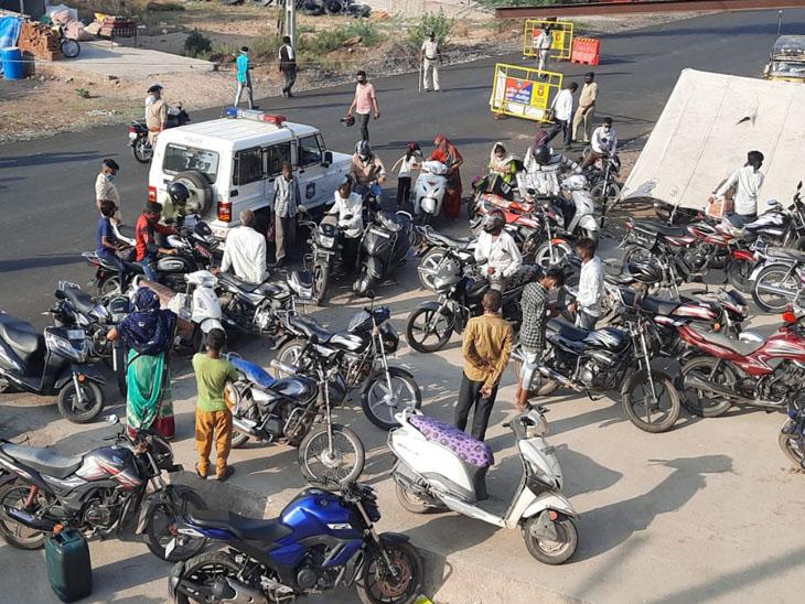 નસવાડી પોલીસે હેલ્મેટ જાગૃતિને લઈ બાઈક સવારો સામે કાર્યવાહી કરી હતી - Divya Bhaskar