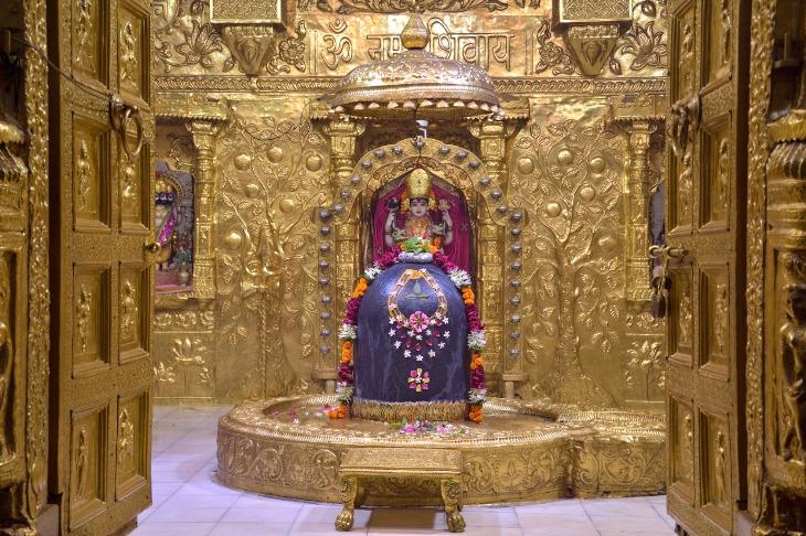 61 દિવસ બાદ સોમનાથ મંદિરના દ્વાર ખુલતા દુર-દુરથી શિવભક્તો ઉમટ્યા, કોરોના મહામારીમાંથી મહાદેવ મુક્ત કરાવે તેવી ભાવિકોએ પ્રાર્થના કરી|જુનાગઢ,Junagadh - Divya Bhaskar