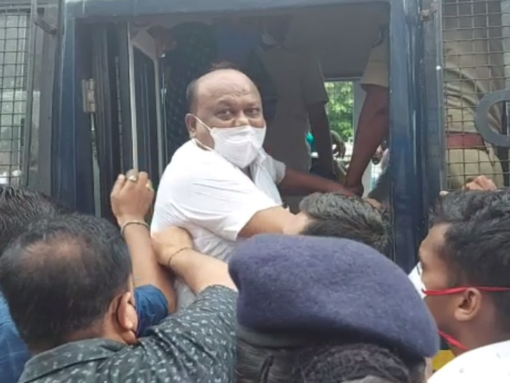 સુરતમાં પેટ્રોલ-ડીઝલના ભાવ વધારાના વિરોધમાં કોંગ્રેસીઓએ દેખાવો યોજતા પોલીસે 40 કાર્યકરોની અટકાયત કરી|સુરત,Surat - Divya Bhaskar
