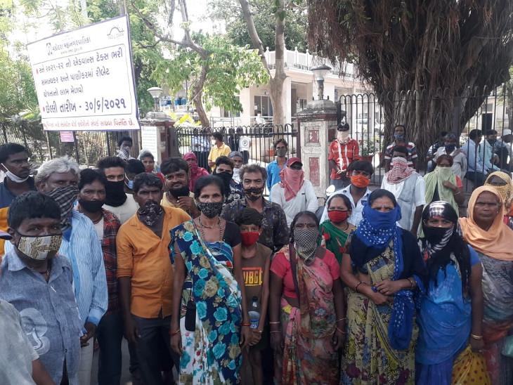 ઘર વિહોણા થયા હોવાથી ઘર ઝડપથી આપવામાં આવે તેવી માગ કરાઈ હતી. - Divya Bhaskar