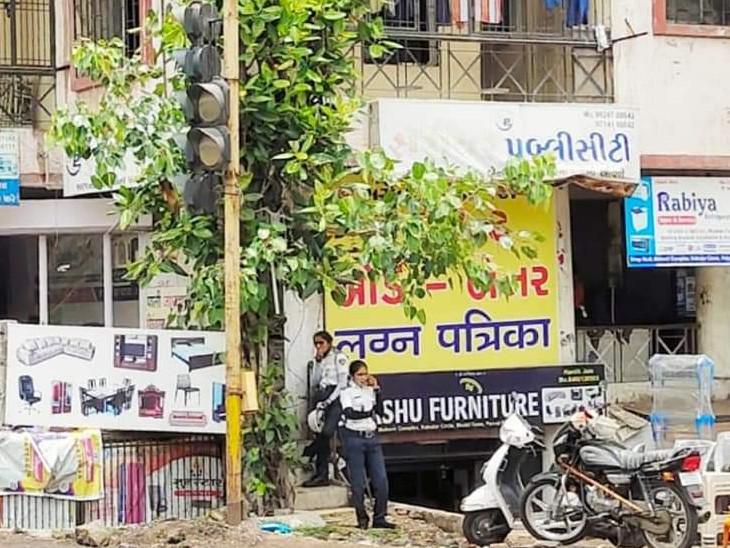 રસ્તા પર ફરજ બજાવતા ટીઆરબી જવાનના માસ્ક વગરના ફોટો વાઈરલ કરાયા છે. - Divya Bhaskar