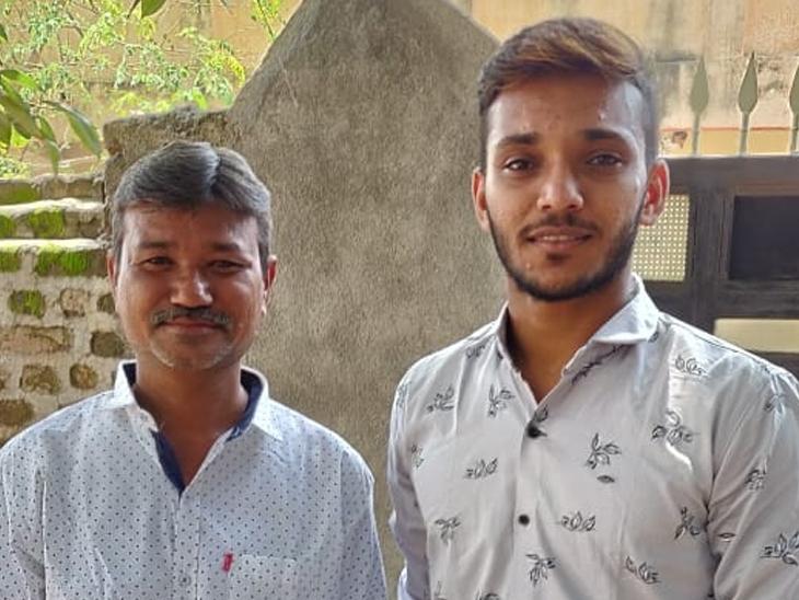 પિતા સાથેની ચેતન સાકરિયાની ફાઈલ તસવીર. - Divya Bhaskar