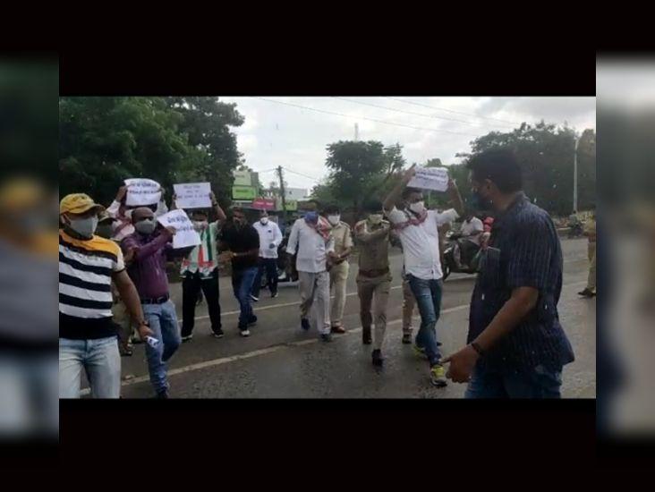 કેબિનેટ મંત્રીને સાયકલ આપી વિરોધ કરતા કોંગ્રેસીઓ ડિટેઇન|બારડોલી,Bardoli - Divya Bhaskar