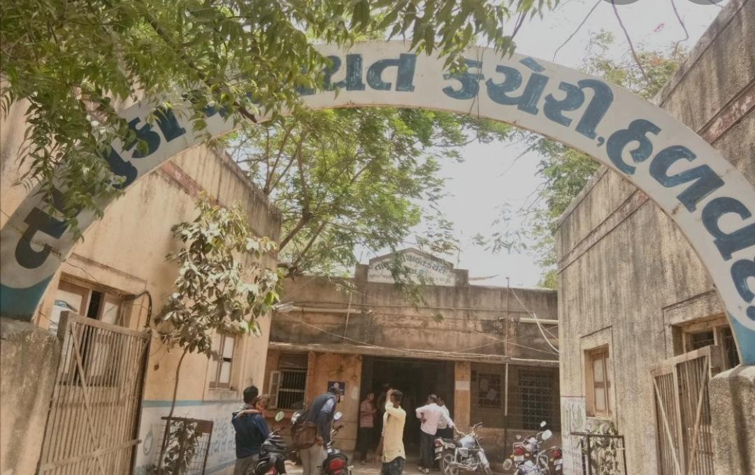 સાત હજાની વસ્તી ધરાવતા હળવદના ટીકર ગામનો તલાટી બે વર્ષથી અનિયમિત, બદલી કરવા માંગ કરાઇ - Divya Bhaskar