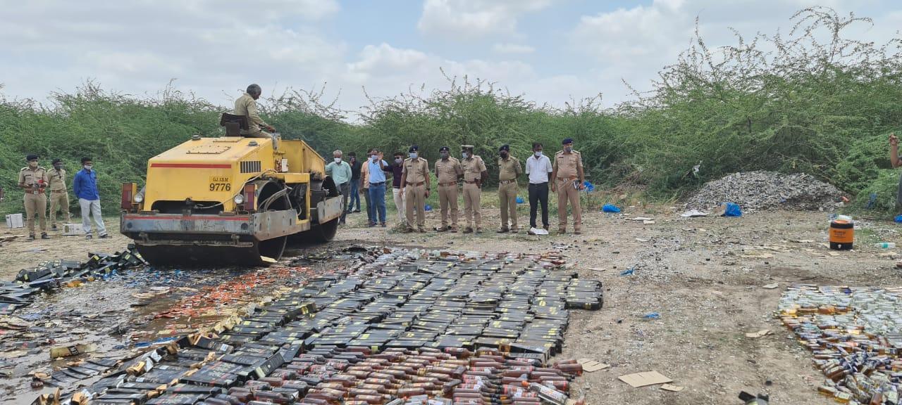 સુરેન્દ્રનગર જિલ્લાના ચાર પોલીસ સ્ટેશનમાં પકડાયેલા રૂપિયા રૂ. 92.73 લાખના વિદેશી દારૂનો નાશ કરાયો - Divya Bhaskar