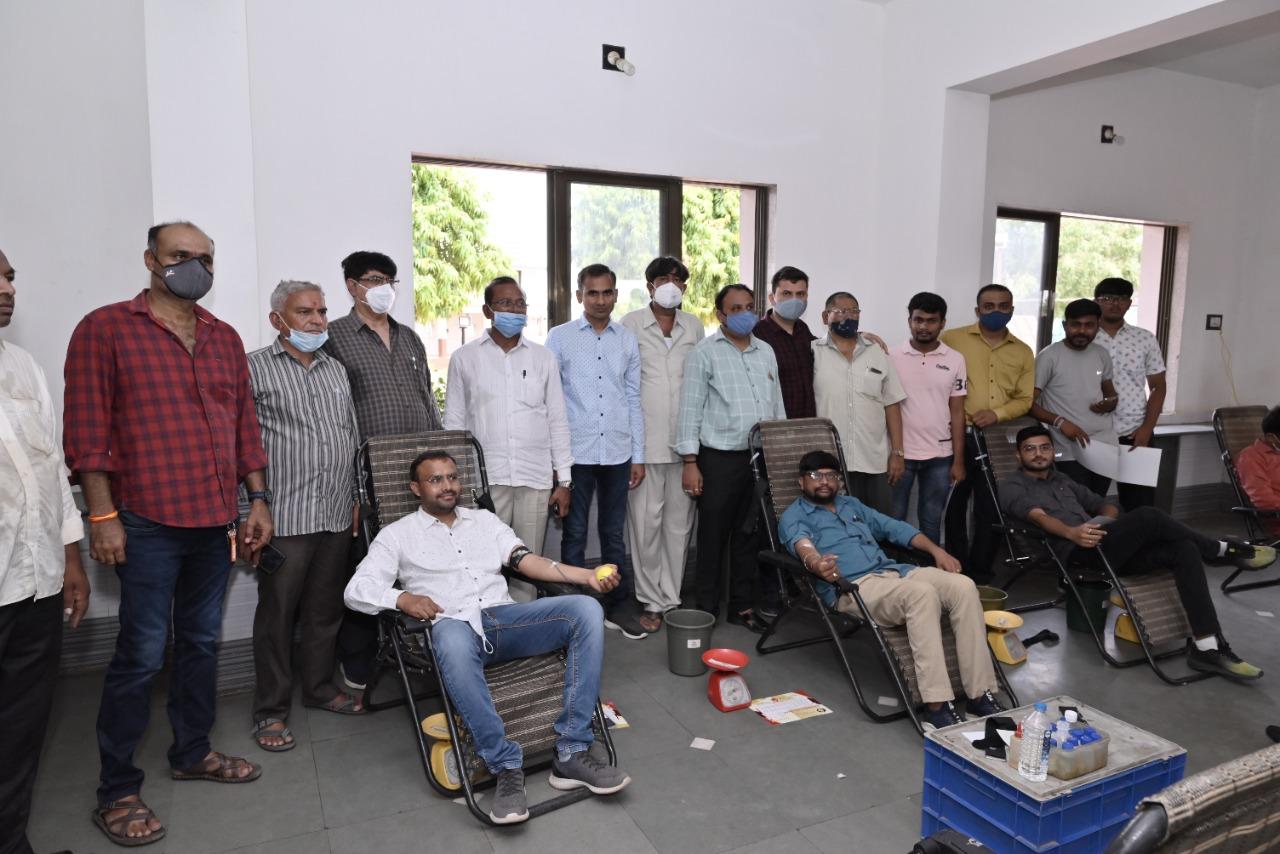 હળવદમાં યોજાયેલા રક્તદાન કેમ્પમાં 202 બ્લડની બોટલ એકત્ર કરાઈ - Divya Bhaskar