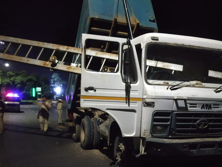 શહેરના ચ0 સર્કલ પાસે લગાવેલા સીસીટીવી અને પોલને તોડી નાખ્યા હતા. - Divya Bhaskar